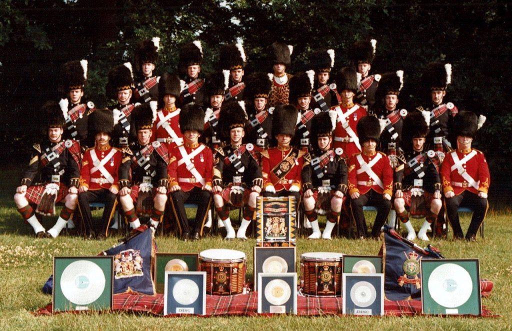 ジェラルドが所属していたロイヤルスコッツドラグンガーズ楽団と「アメージンググレイス」でミリオンセラーのゴールドディスク